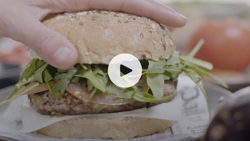Primer plano de la receta de hamburguesa con escalivada alteza