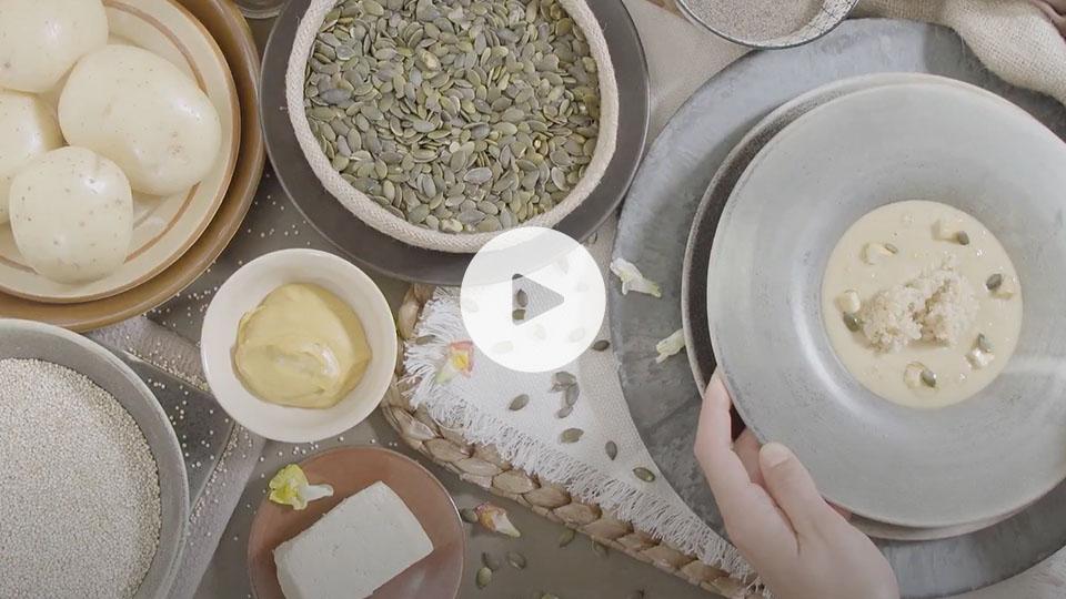 Vista cenital de la receta de crema de brocoli y mostaza alteza ya emplatada