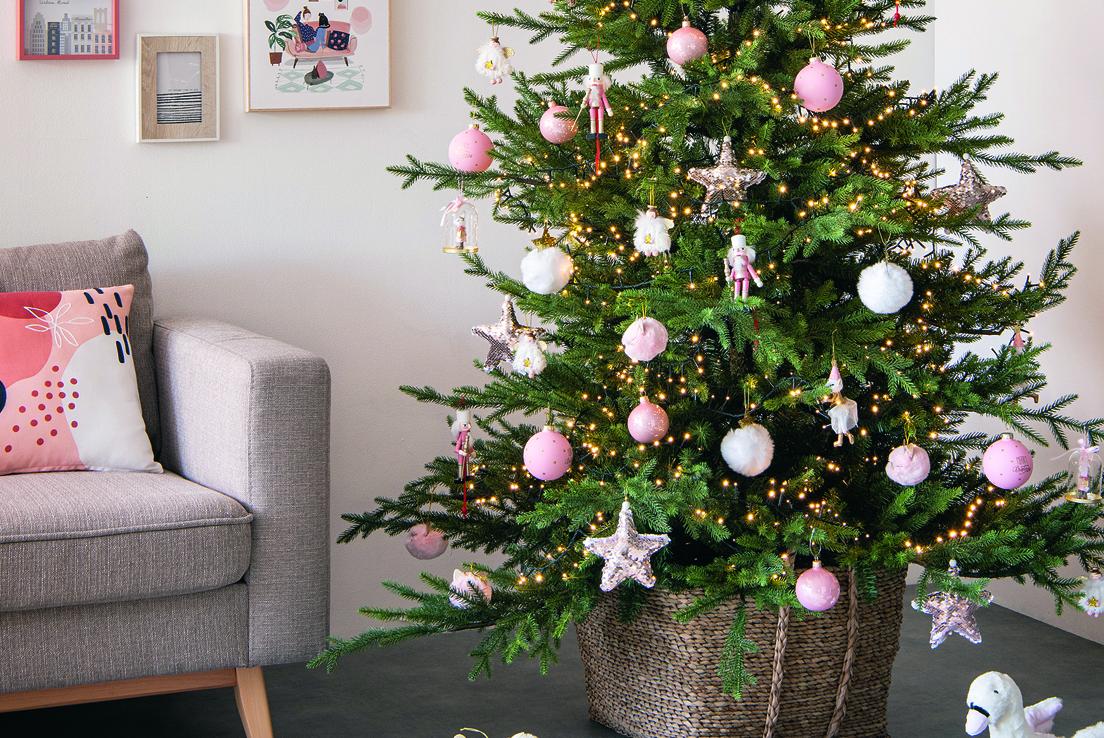 Imagen de un árbol de navidad adornado en un salón