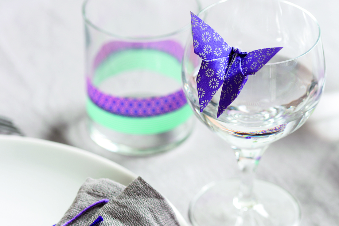 Imagen de una copa deorada con una mariposa de origami