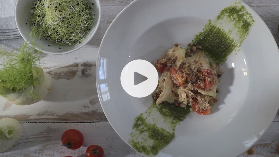 Vista cenital de la receta alteza de ensalada de quinoa con lentejas