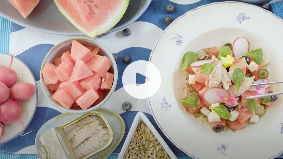 Vista de un bodegón con la receta alteza de ensalada de sandía ya emplatada
