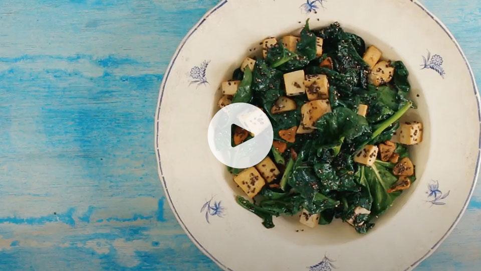 Plano cenital de la receta alteza de espinacas salteadas con tofu