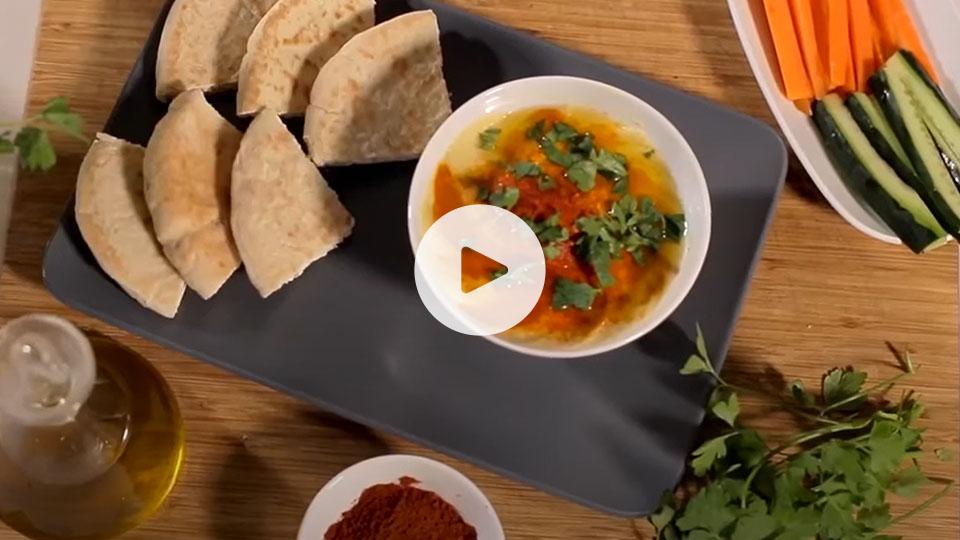 VIsta cenital de un bodegón con la receta de hummus de garbanzos alteza