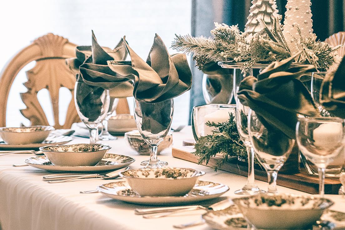 Imagen de una mesa dispuesta para una celebración navideña
