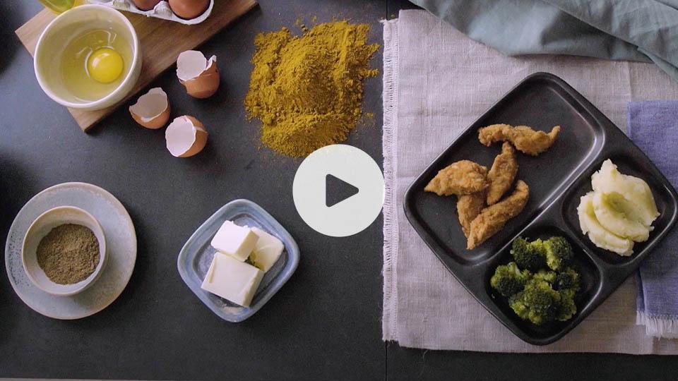 Vista cenital de nuggets de pollo al curry alteza