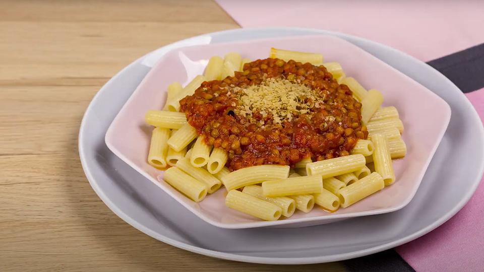 Primer plano de un plato con pasta Alteza con bolñesa de lentejas
