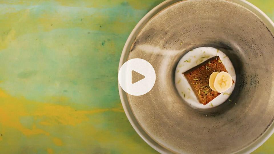 Imagen cenital de la receta alteza de pastel de plátano, lima y coco emplatado