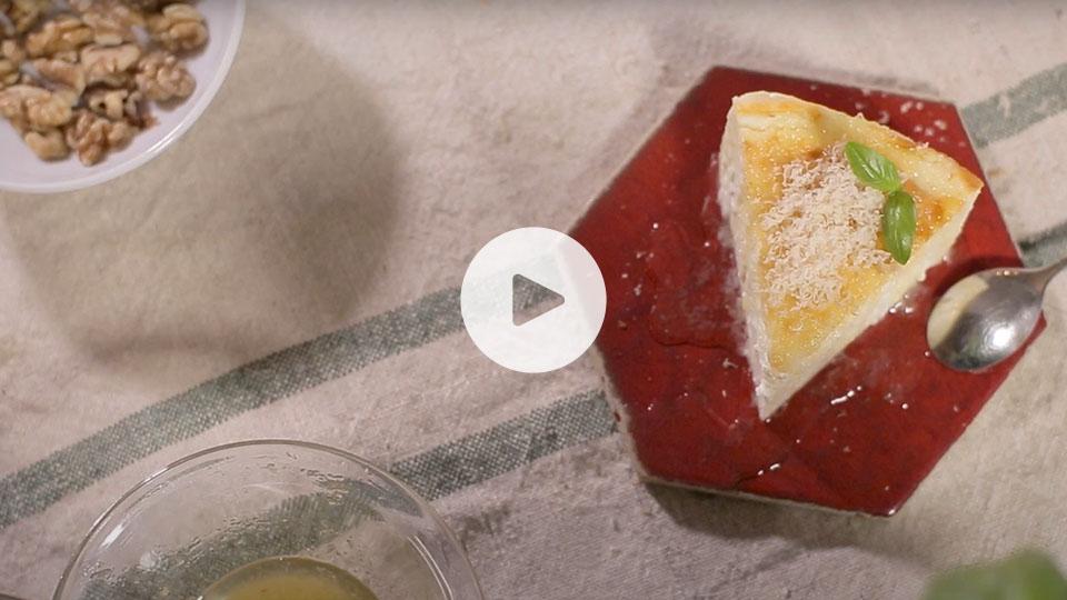 Plano cenital de un pedazo de pastel de requesón alteza emplatado