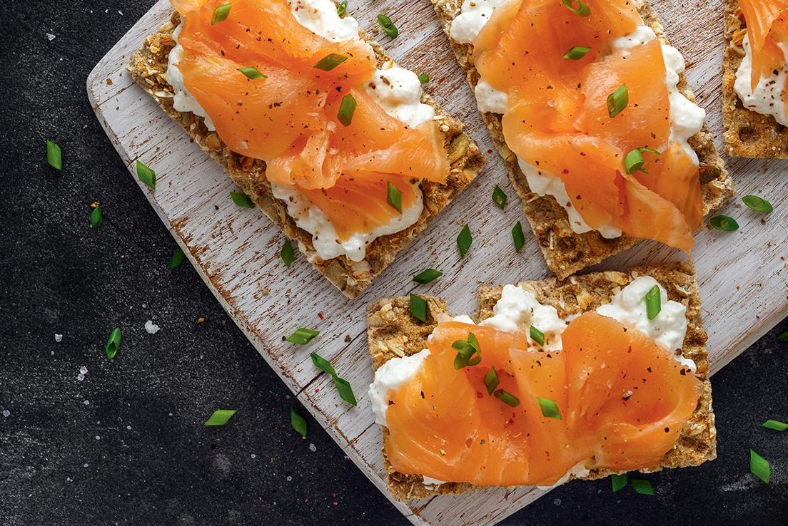 Vista cenital de varias tostadas con salmón