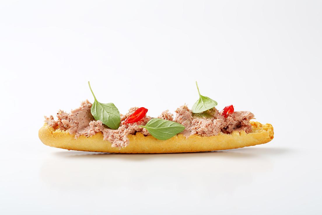 Vista frontal de una tostada con atún y verduritas
