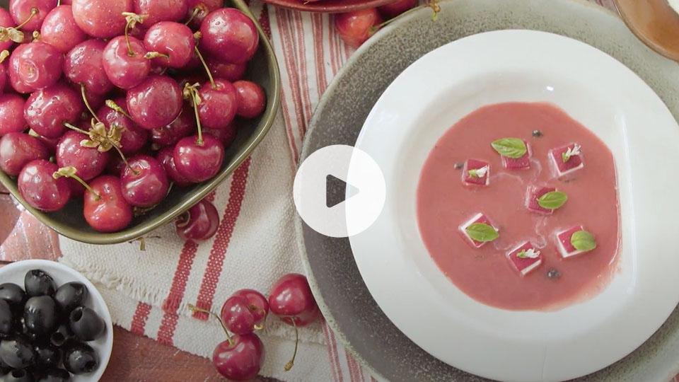 Plano cenital de un bodegón con la receta de sopa de cerezas y remolacha alteza