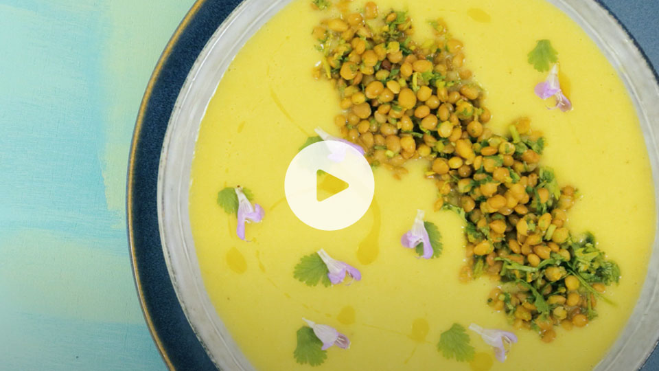 Plano cenital de un plato con la receta alteza de vichysoisse con lentejas y coco