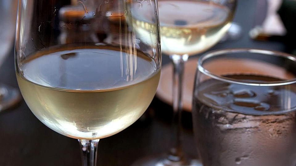 Primer plano de varias copas de vino