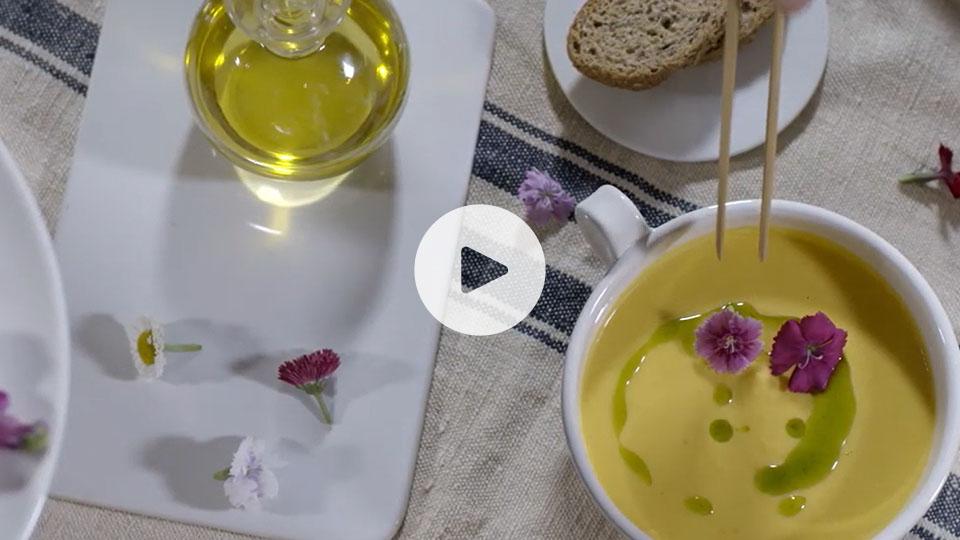 Bodegón de presentación de la receta alteza de crema de calabaza y coco