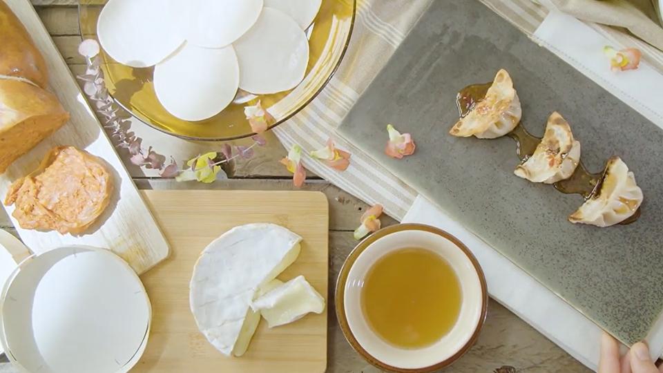 VIsta cenital de un dodegón con un plato cuadrado con tres gyozas Alteza de sobrasada