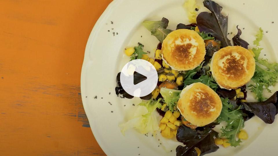 Plano cenital de la receta de ensalada de remolacha y zanahorias alteza