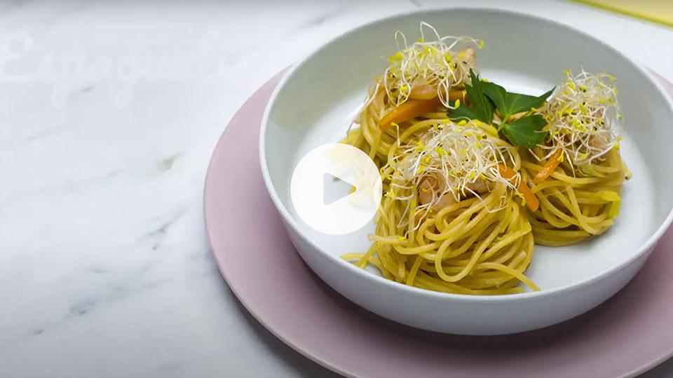 Primer plano de un plato con tres nidos de pasta con pavo y gambas al estilo oriental alteza