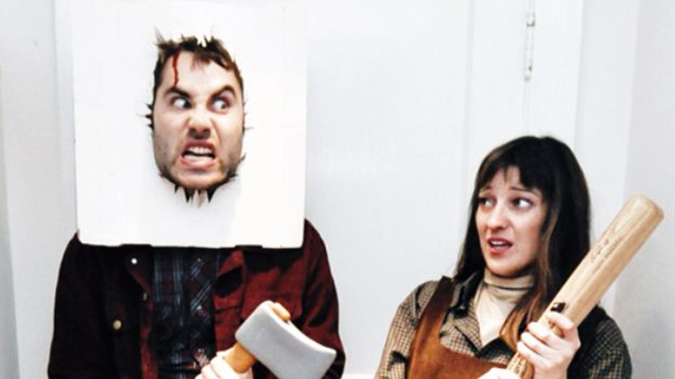 Imagen de una pareja disfrazada de personajes de la película El resplandor
