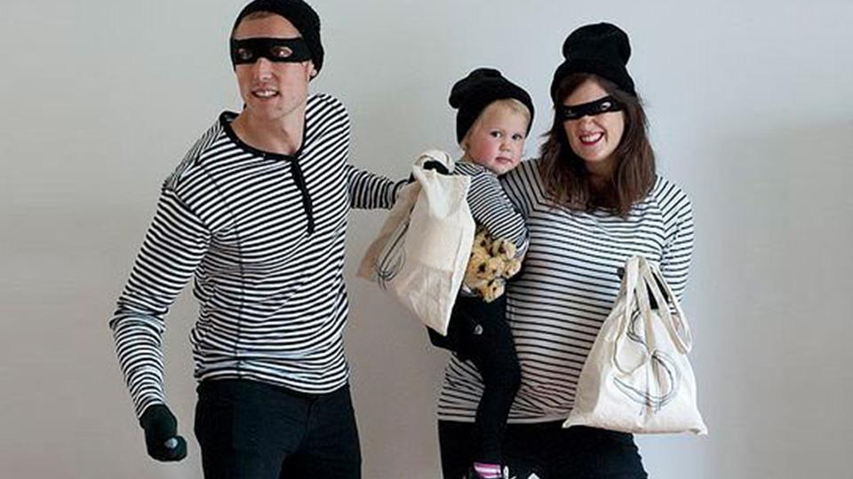 Imagen de una familia donde aparecen todos los miembros disfrazados de ladrón