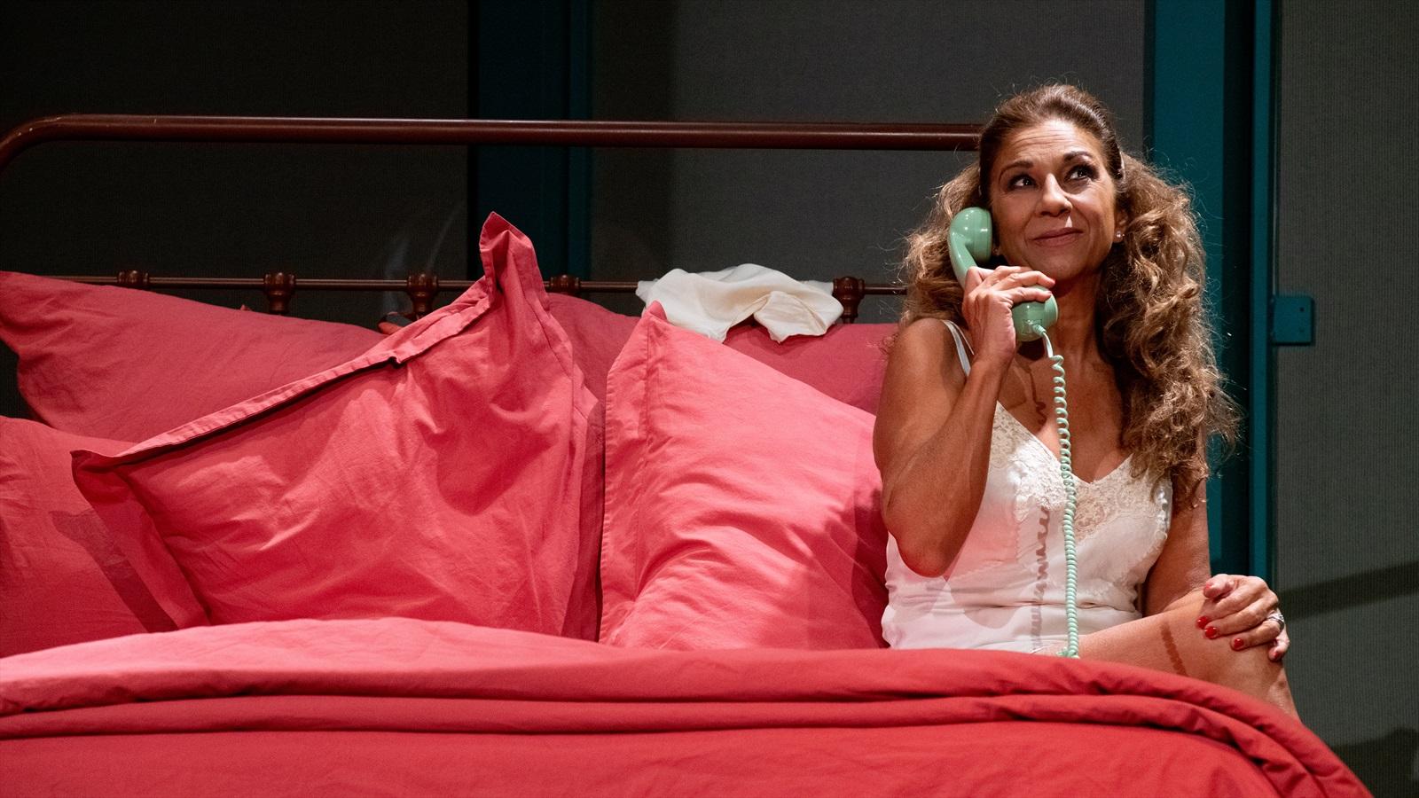 imagen de lolita flores sentada en una cama en el teatro