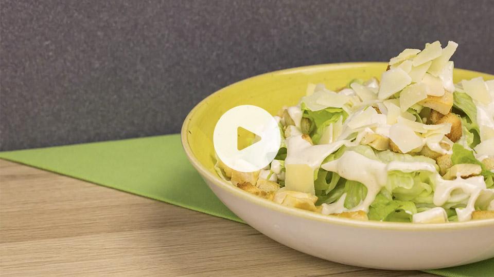 imagen de una ensalada cesar sobre una mesa de madera