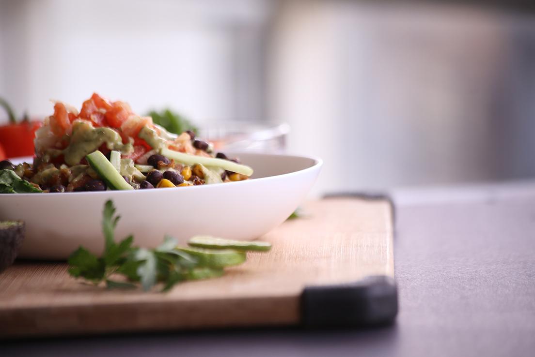 imagen de una ensalada sobre una madera en fondo difuminado