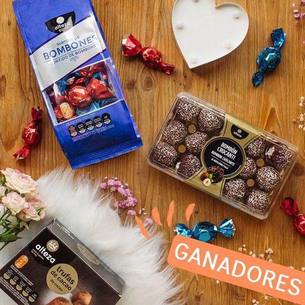 Bodegón con varios productos de chocolate de la marca alteza