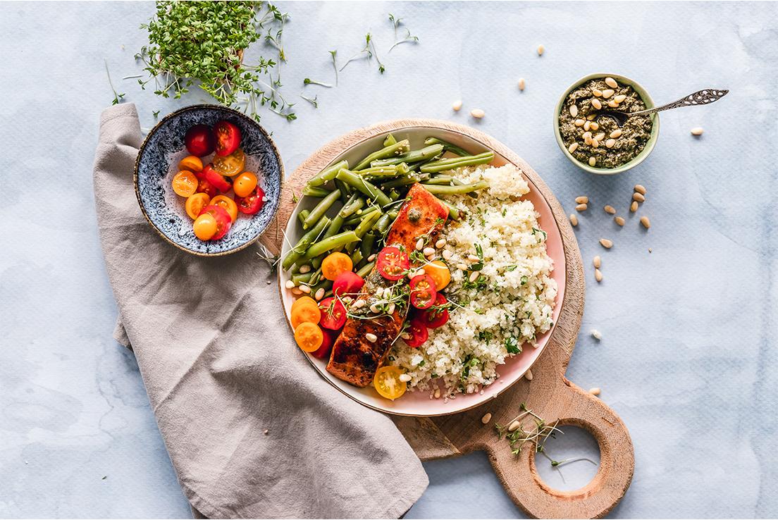 imagen de verduras y cereales cocinados y servidos.
